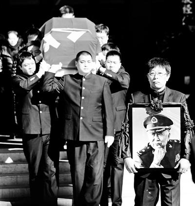 [热点新闻]闫肃追悼会万人到场 悼念者现场唱《红梅赞》(图)
