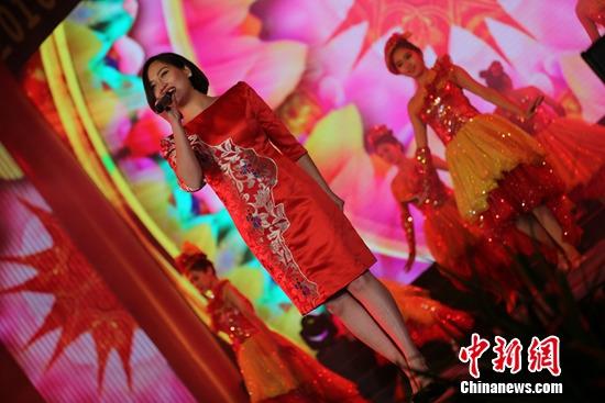 [热点新闻]陈诗妮穿金色绣花礼服献唱 称常常听张信哲的歌