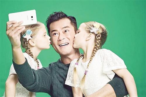 [热点新闻]古天乐拍广告造型多 获两小模特送香吻(图)