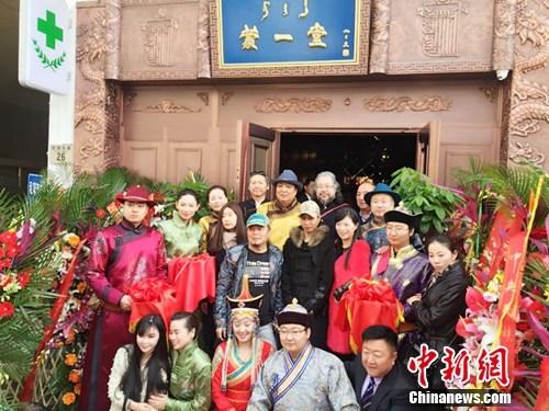"""[热点新闻]哈雅乐团上""""歌手""""为寻知音 助阵医馆开业庆典"""