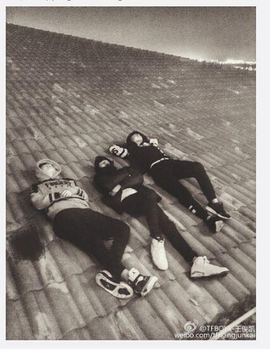 [热点新闻]TFBOYS三成员躺屋顶上 王俊凯:来看流星雨(图)