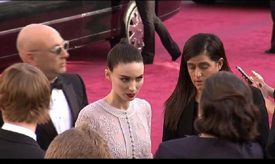 [热点新闻]《卡罗尔》鲁妮·玛拉现身奥斯卡红毯 造型利落