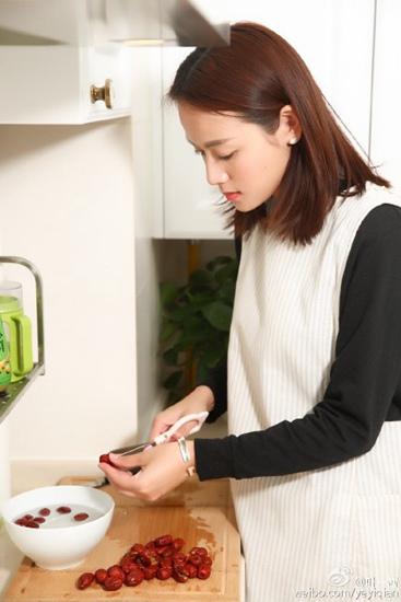 [热点新闻]叶一茜亲自下厨做点心 网友赞:贤妻良母(图)