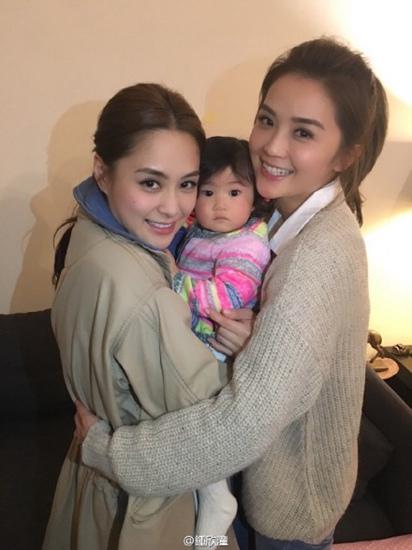 [热点新闻]Twins姐妹生活照曝光 亲密抱一起微笑(图)