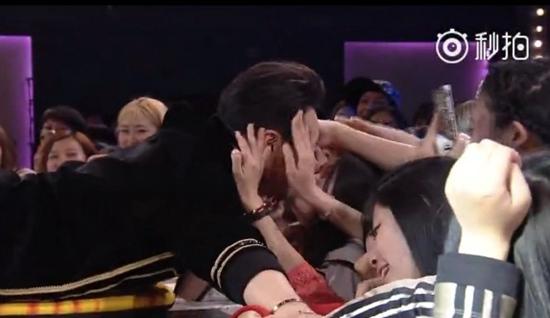 [热点新闻]潘玮柏表演时遭11年粉丝强吻 回应:是观众太热情