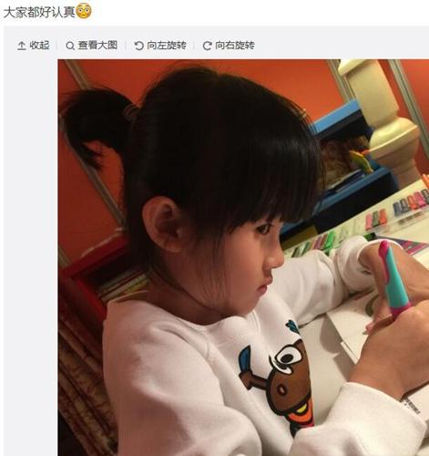 [热点新闻]鲍蕾晒两女儿写字照片 贝儿偷瞄镜头眼神可爱(图)
