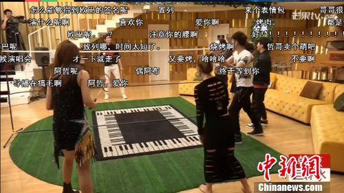 [热点新闻]鲍春来《歌手直播间》与李玟、李克勤打羽毛球