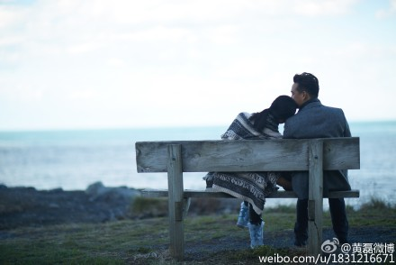 黄磊纪念结婚周年晒照夫妻恩爱坐海边长凳(图)