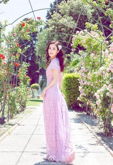 叶璇清晨晒美照穿粉色长裙戴花朵饰品(图)