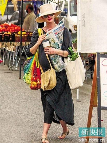 [热点新闻]33岁安妮·海瑟薇挺孕肚逛市场 只身一人收获颇丰