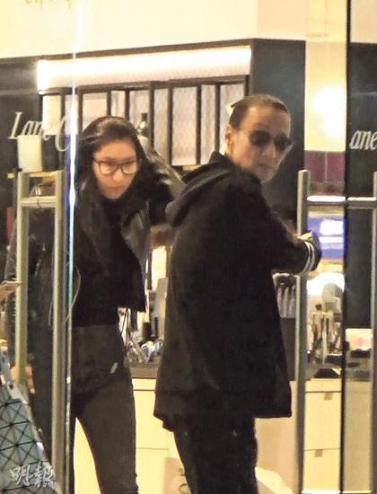 [热点新闻]谢霆锋父亲与小46岁女友逛街 谢贤贴心护送女友