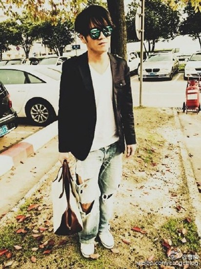 曹格父亲早年照片曝光网友:当年也是个潮男(图)
