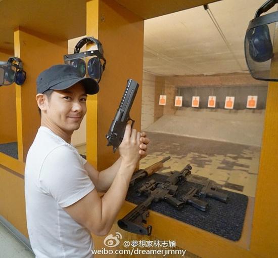 林志颖玩射击训练 称:当兵时的枪法还没忘(图)
