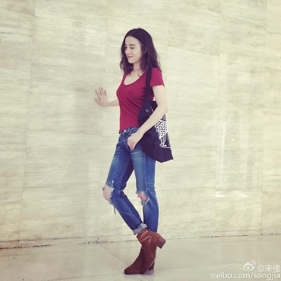 [热点新闻]宋佳酒红色上衣配破洞牛仔裤 网友:衣品真好(图)