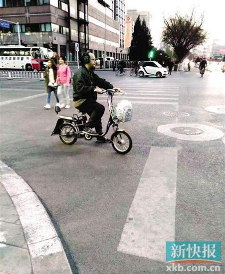 [热点新闻]窦唯街头骑电动车潇洒 衣着朴素留胡须(图)