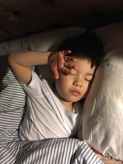 [热点新闻]胡可调侃爱子睡觉香甜:这姿势销魂的(图)