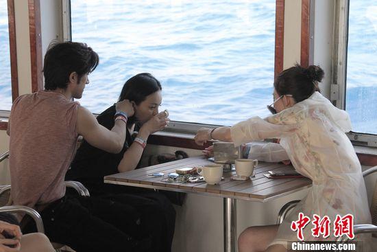 [热点新闻]王琳《花样姐姐》晕船面色苍白 Henry贴心送吻
