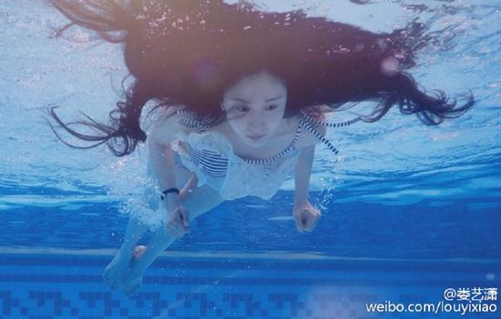 """[热点新闻]娄艺潇穿蕾丝泳衣潜水 网友赞其""""身材好""""(图)"""