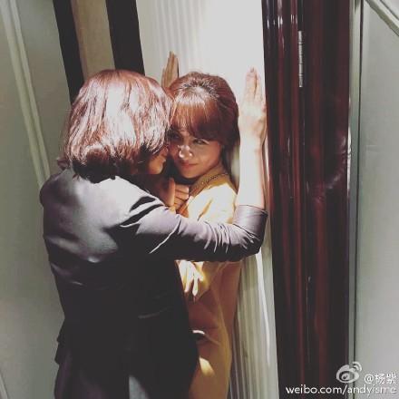 """[热点新闻]刘涛霸气""""壁咚""""杨紫 网友:你俩真是够了(组图)"""