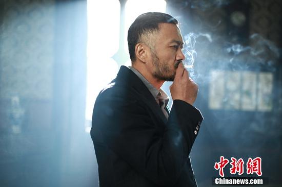 曹卫宇帅气写真曝光 烟雾缭绕中静静沉思(图)