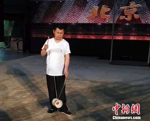 何云伟出演语言杂技剧《北京》现场抖空竹(图)