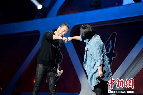 杨坤深情演唱《老爸》获高分赛前与杨宗纬健身