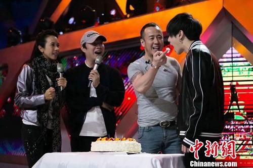 《天籁之战》彩排杨坤过生日喂华晨宇吃蛋糕