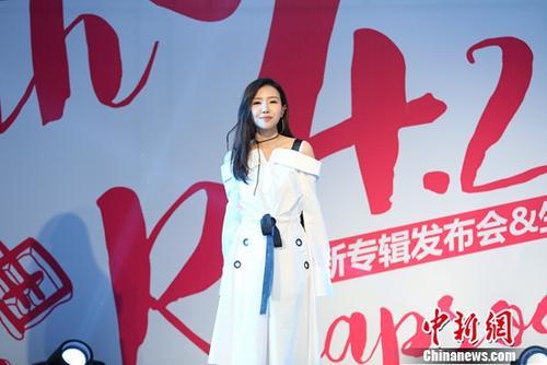 刘美麟发布新专辑《青春狂想曲》与粉丝亲密互动