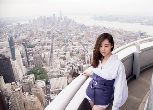 张靓颖拍时尚写真 登景观台看纽约全景