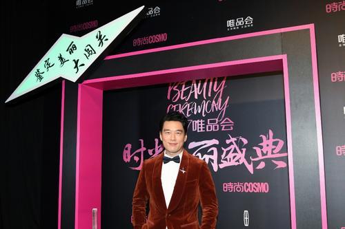 王耀庆穿丝绒西装获封美丽偶像与张信哲飙歌