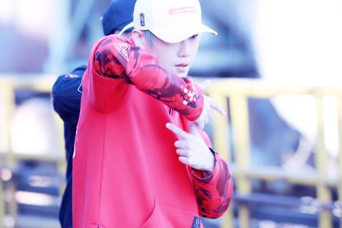 陈骁发布新曲主题照片身穿红衣脸露微笑