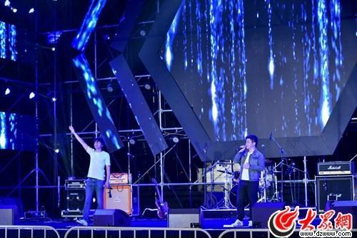 水木年华现身音乐会唱经典曲引观众合唱