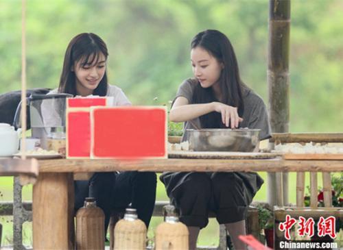 《向往的生活》倪妮化身帮厨能手杨颖制作创意饺子