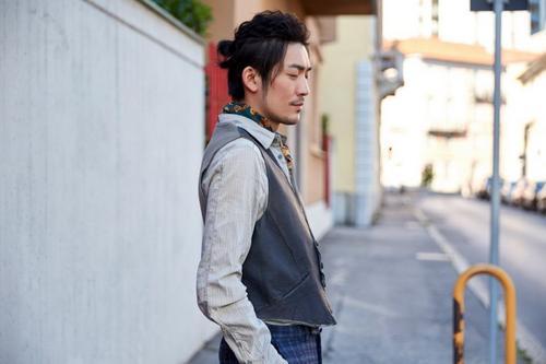 张博户外写真发布穿浅色衬衣搭皮马甲有气质