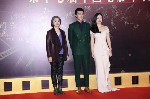 李岷城现身华表奖颁奖礼穿墨绿色西装造型时尚