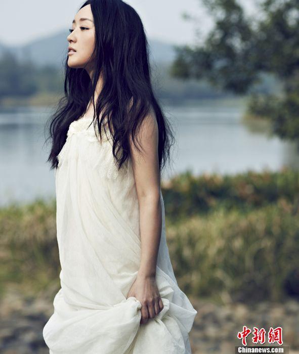 杨钰莹长发披肩笑靥如花 回眸一笑清新-中新网