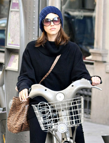杰西卡·阿尔芭素颜现身巴黎街头