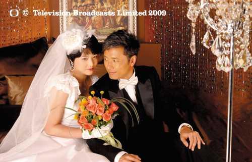 今年tvb新剧《学警狙击》剧照,周海媚和苗侨伟在戏中演夫妻.