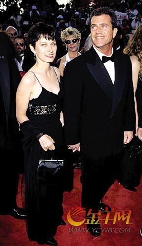 -承认女友已怀孕   现年53岁的梅尔吉布森与妻子罗宾结婚已有28年,育有七个子女,曾一度是好莱坞的模范夫妻。但是从去年开始,两人被指要离婚,吉布森的新欢欧珊娜也频频曝光。俄罗斯籍的欧珊娜是一名歌手,其唱片公司老板正是吉布森本人。   去年夏季,欧珊娜应邀为吉布森的新电影《黑暗边缘》创作电影歌曲,两人当时传出绯闻,记者还拍到梅尔与欧珊娜在海边热吻的照片。今年4月29日,欧珊娜与吉布森牵手亮相《X战警前传:金刚狼》洛杉矶首映式,正式对外承认情侣身份,吉布森也宣称已和妻子罗宾分手。有传欧珊娜已珠胎暗结