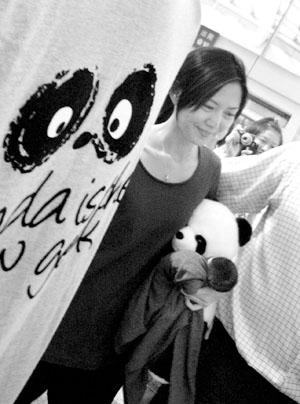 孙燕姿抱着可爱的玩具熊猫走向电梯