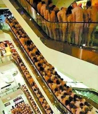 图文:美艺术家拍摄巨型裸体照 600人脱光排排