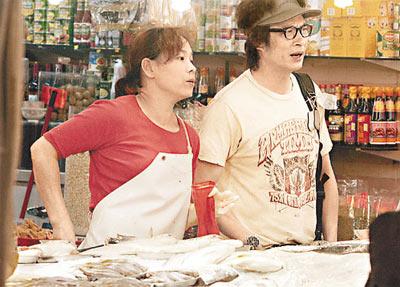 吴镇宇去街市买菜,回家煮饭煲汤服侍怀孕的老婆
