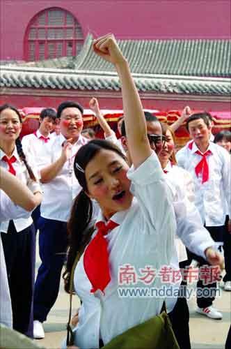 组图:阿朵为 啦啦队歌>拍mv 白衬衫红领巾上阵图片