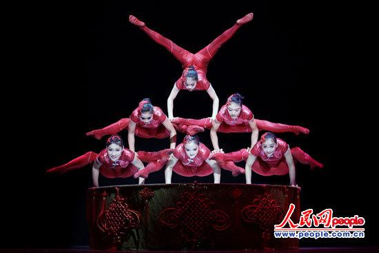 当晚演出的杂技有《欢庆迎春》、《柔术转毯:中国新娘》、《抖杠》、《草帽》、《男子顶技》、《小车技》、《女子软功》、《球技》、《绸吊:梁祝》、《高车踢碗》、《魔术》和《东方天鹅》等12个节目。精湛的技艺、高难度的动作,赢得了观众一阵阵热烈的掌声,现场气氛十分热烈。   在演出前举行的欢迎酒会上,中国国务院侨务办公室副主任马儒沛致辞说,文化中国四海同春是中国国务院侨务办公室打造的以中国文化为纽带,以欢度春节为平台,让华侨华人和世界人民共同分享春节欢乐吉祥的大型文化活动。今年是四海同春艺术团连续第三年到