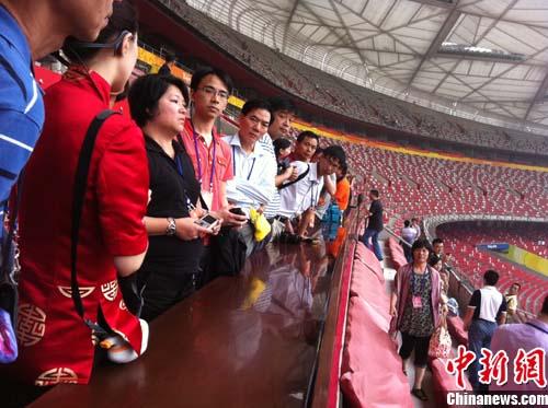 海外华裔青年观鸟巢