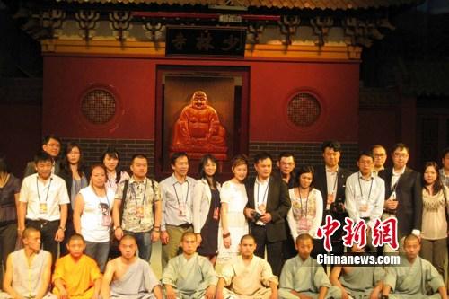华裔杰出青年代表与少林武僧们合影