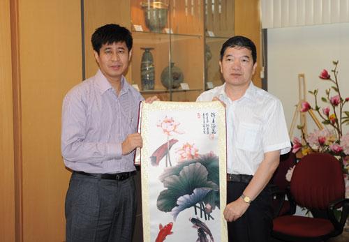 任启亮向新加坡南侨中学赠送纪念品