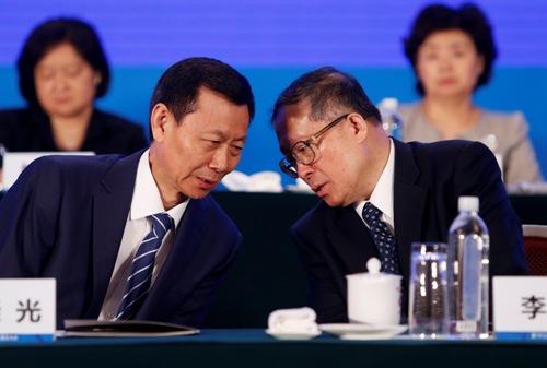陈晓光与李鸿忠在开幕式上交谈
