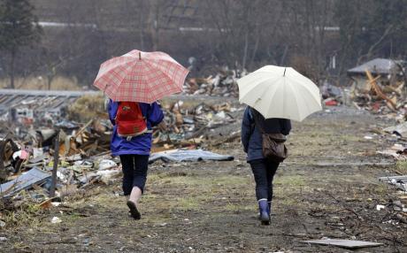 日本大地震及海啸灾区的局部住民9日重返放弃的家园