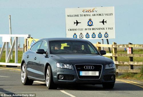 威廉王子回到位于安格尔西岛的皇家空军基地。